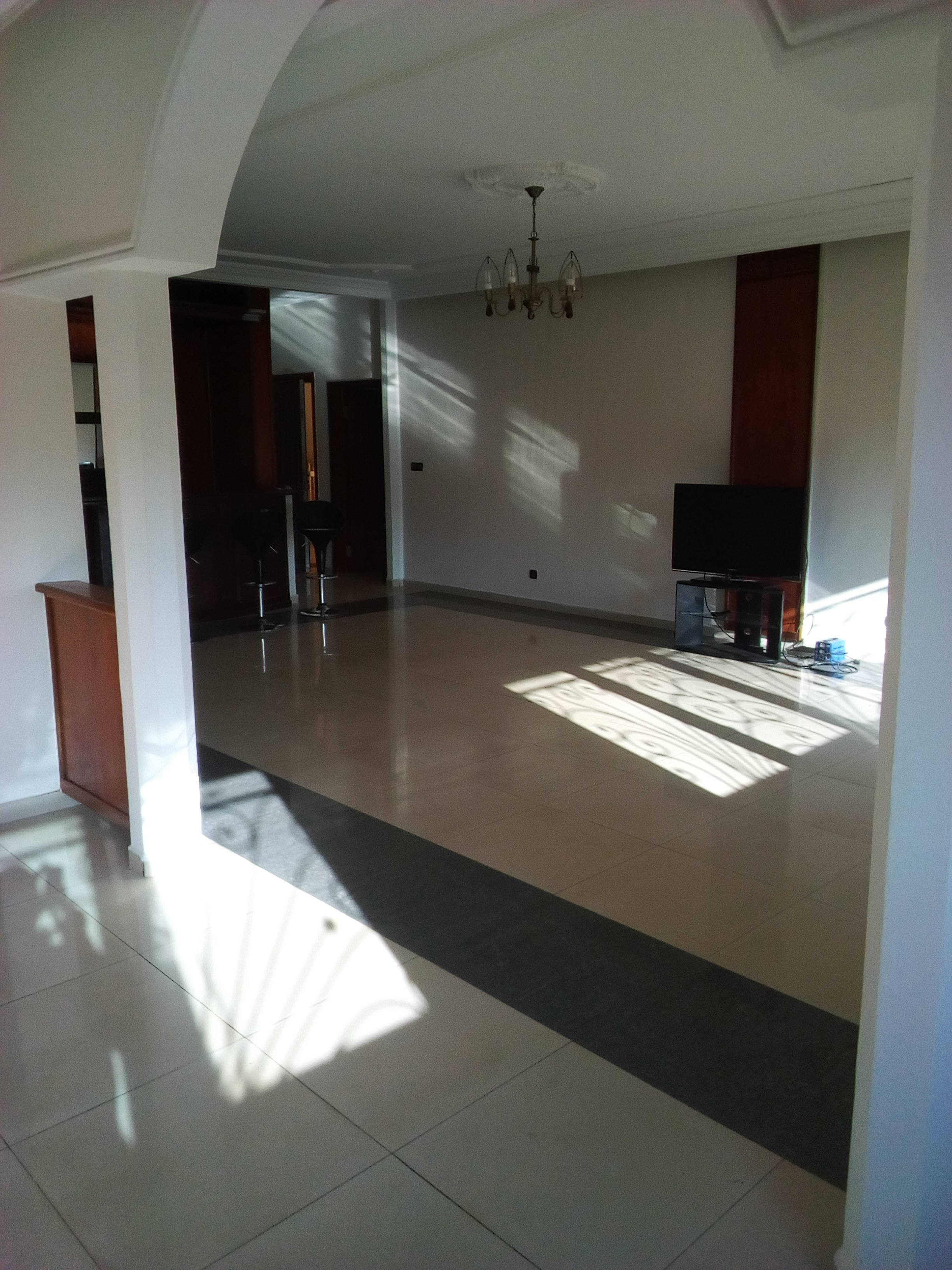 Apartment to rent - Yaoundé, Bastos, pas loin de residence du nigeria - 1 living room(s), 3 bedroom(s), 4 bathroom(s) - 1 300 000 FCFA / month