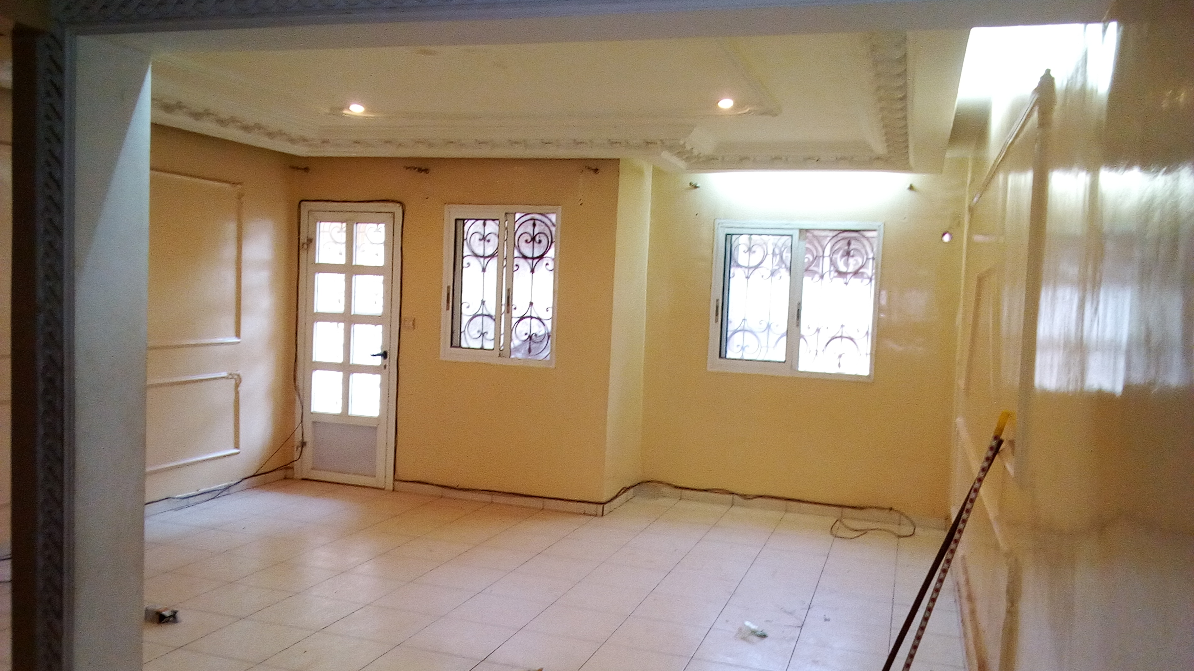 Apartment to rent - Yaoundé, Bastos, pas loin du carrefour - 1 living room(s), 2 bedroom(s), 3 bathroom(s) - 350 000 FCFA / month
